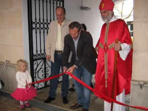Lluís Camps Pons, the alcalde, formally opens the bazaar, watched by Saint Nicholas.